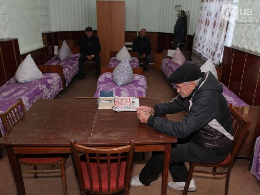 Free daily ration of Donetsk homeless comprises 200g of bread, tea, 15g of sugar.
