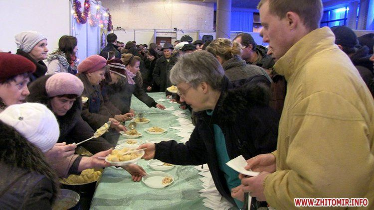 Free Russian salad was cooked for the homeless in the restaurants of Zhytomyr